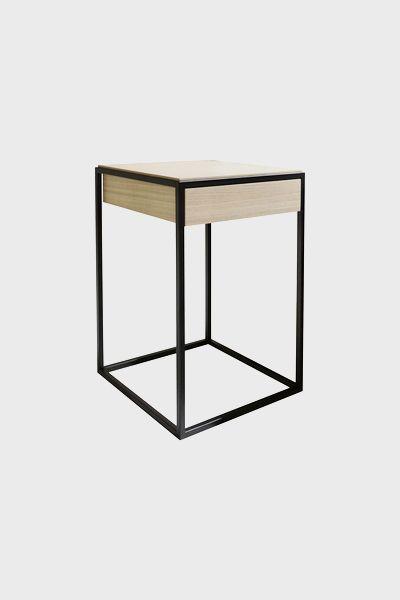 Nočný stolík REvolta, nábytok na mieru, komaxitová podnož, dizajnový nábytok. Brik Kremnica