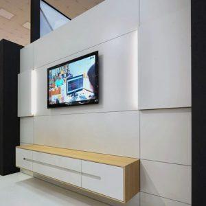 TV obývacia zostava na mieru, Brik Kremnica, moderná dizajnová zostava na mieru, biela a dub