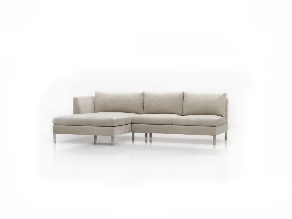 Biela látková sedačka Esta, na nožičkách - pohodlná, mäkká, vankúšová - Brik kremnica