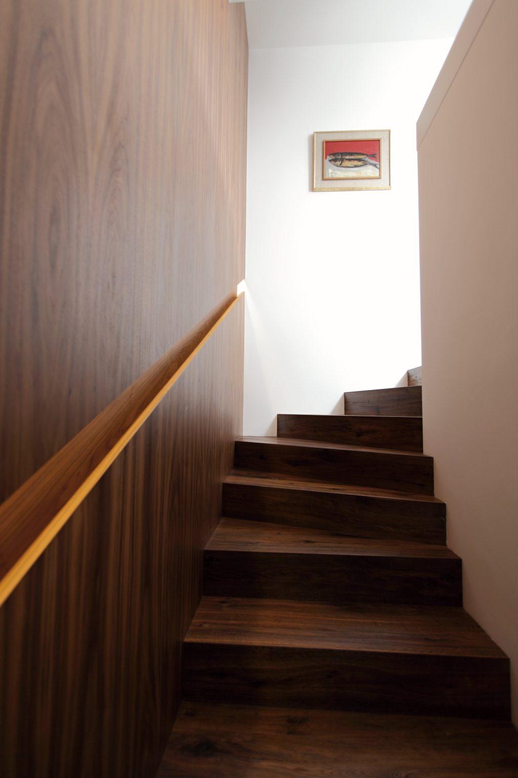 Obklady stien a schody na mieru, BRIK Kremnica, masív orech americký