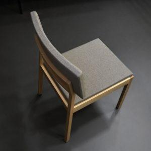 čalúnená stolička Maca - dizajnová , sivá látka, dub - Brik Kremnica